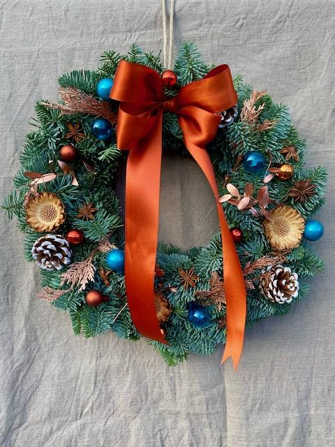 Vánoční věnec tyrkysový s bronzovou stuhou