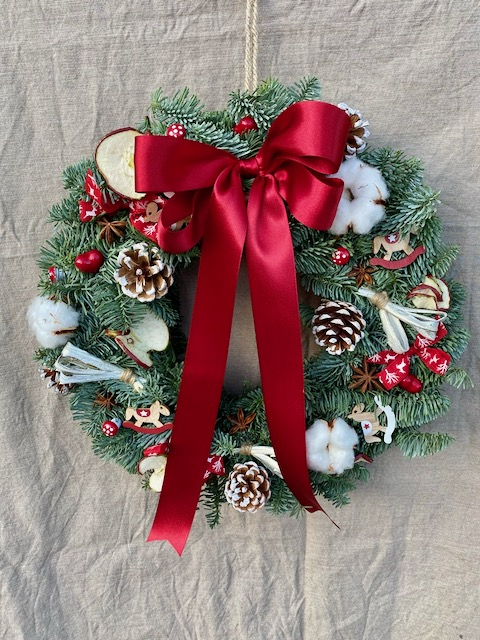 Vánoční věnec červený s červenou stuhou