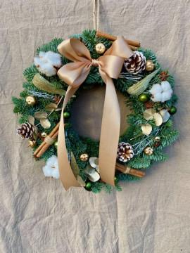 Vánoční věnec zelený se zlatou stuhou