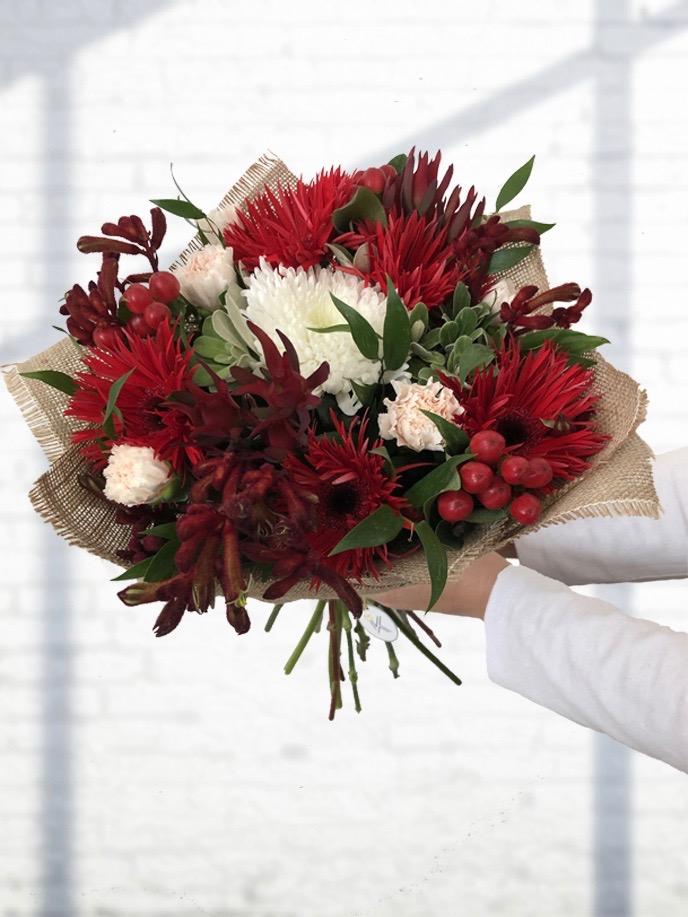 Červená kytice čerstvých květin