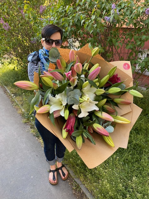 Kytice velkých lilií s eucalyptem