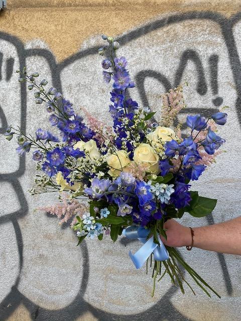 Modrá kytice čerstvých květin