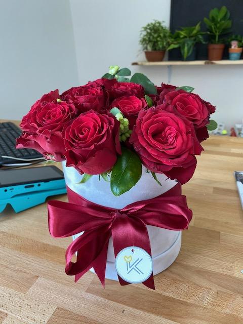 Růže v krabičce květin