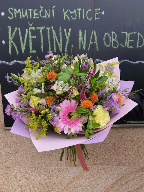 Varianta barevné kytice pro donášku po Praze