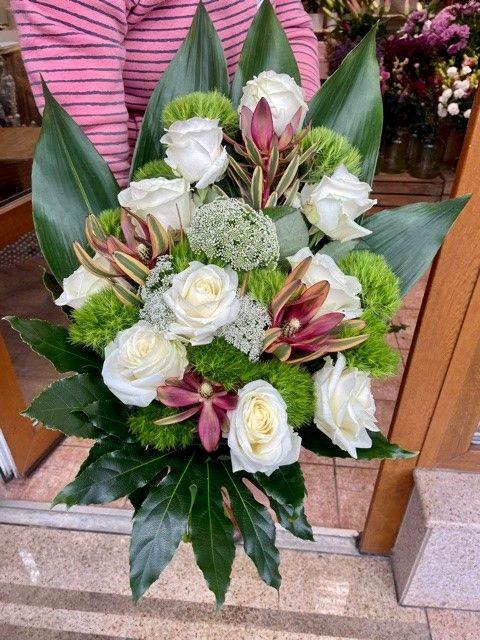 Smuteční kytice z bílých růží