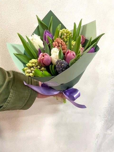 Kytice čerstvých tulipánů a hyacintů