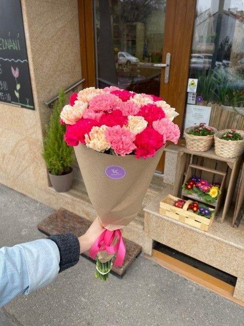 Kytice karafiátů z pražského květinářství