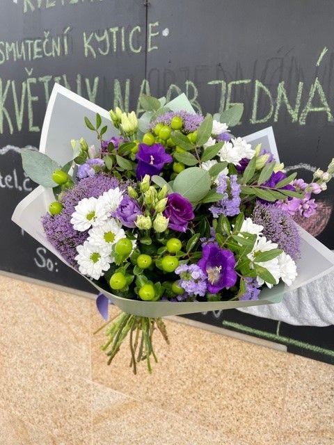 Fialová kytice z květinářství Praha