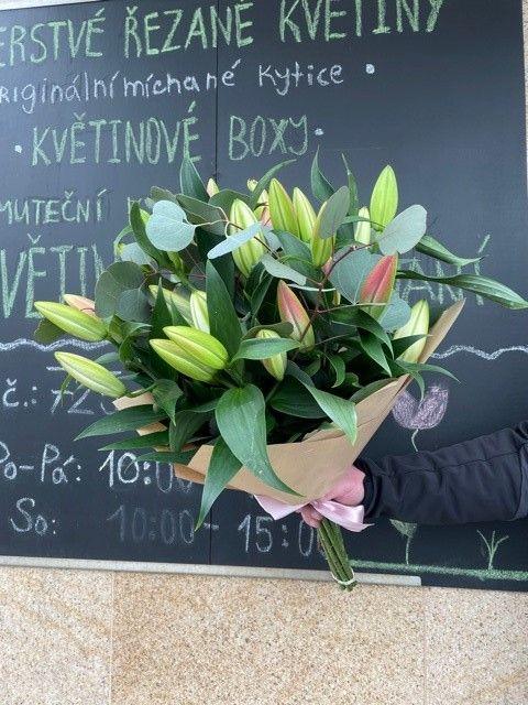 Kytice lilií z květinářství Praha