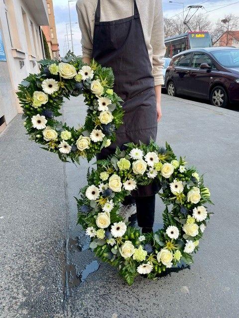 Smuteční kytice Krematorium Strašnice. Věnce průměru 40cm a 60cm