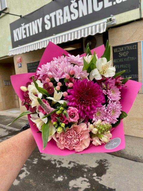 Růžová kytice z květinářství Praha