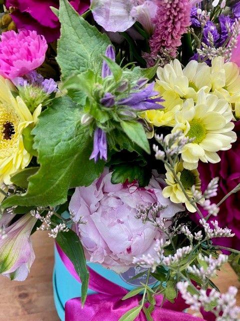 Detail sezonniho květinového boxu