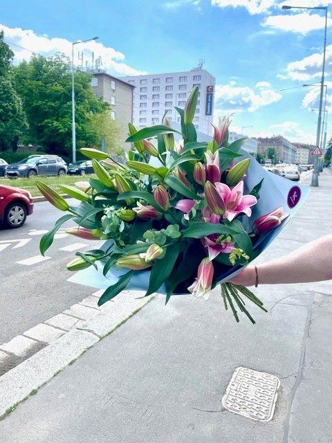 Kytice lilií z pražského květinářství