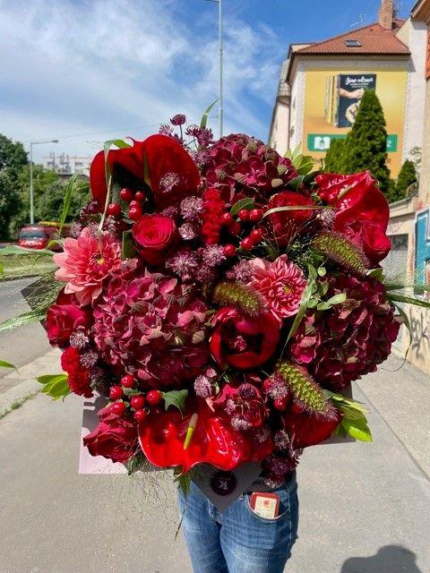 Červená kytice z květinářství Praha Strašnice