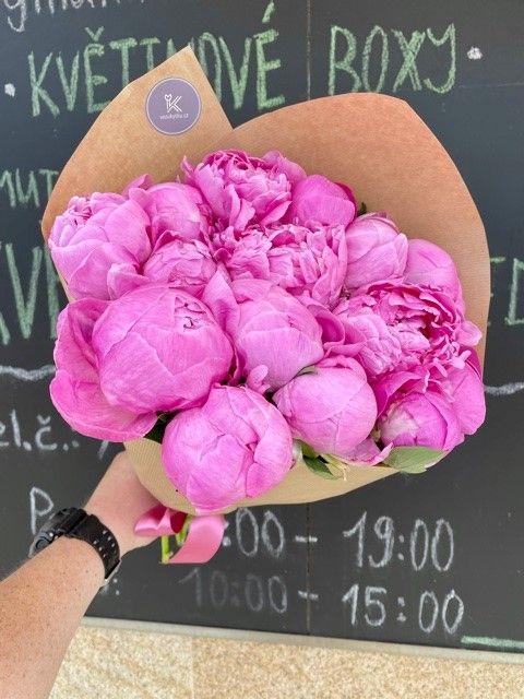 Kytice růžových pivoněk z květinářství Praha