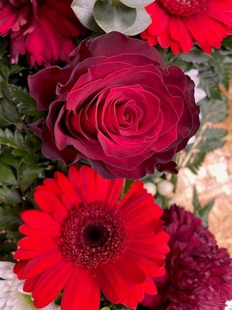 Detail smutečního věnce a čerstvých květin