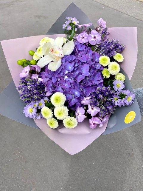 Fialová kytice z květinářství online Praha