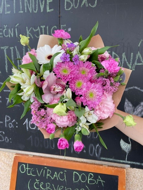 Růžová kytice z online květinářství Praha
