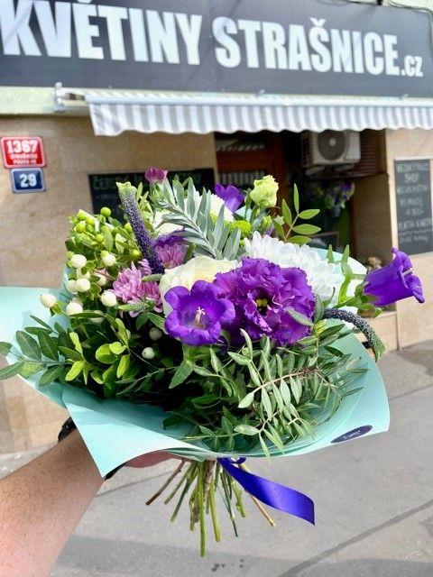 Fialová kytice z květinářství Praha 10 Strašnice