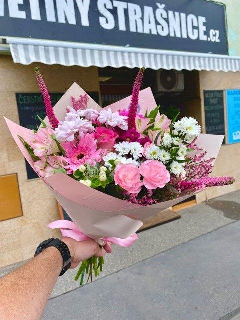 Růžová kytice z květinářství Praha Strašnice