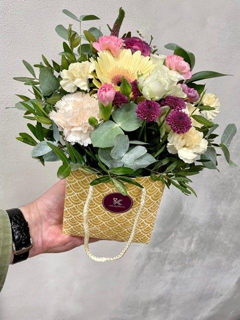 Kytice květin v krabičce z květinářství Praha