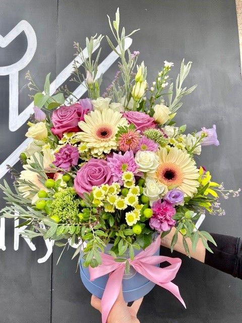 Kytice květin v krabici z online květinářství Praha