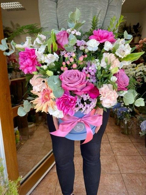 Čerstvé květiny v krabici